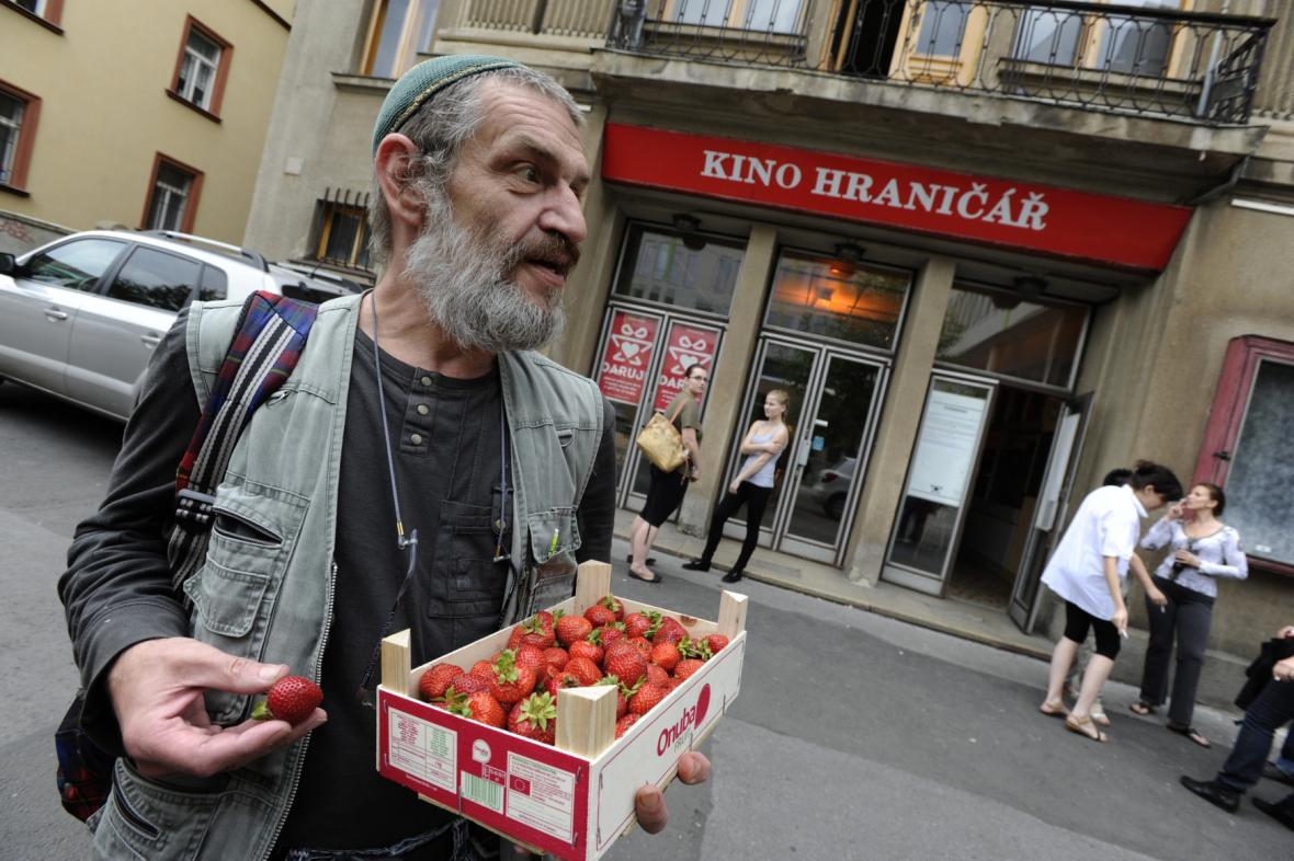 Kino Hraničář, vlevo herec Jaroslav Achab Haidler