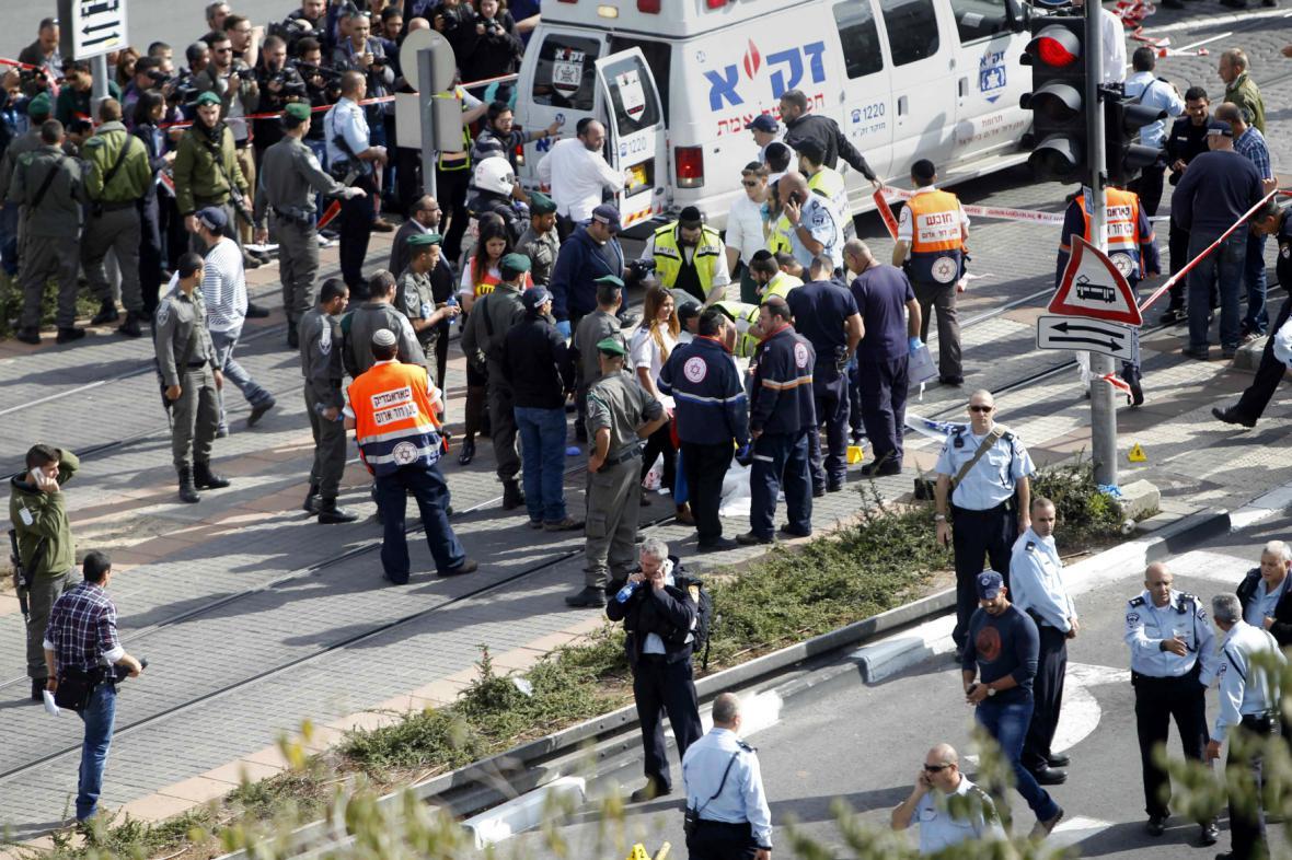 Palestinec najel v Jeruzalémě do skupiny Izraelců