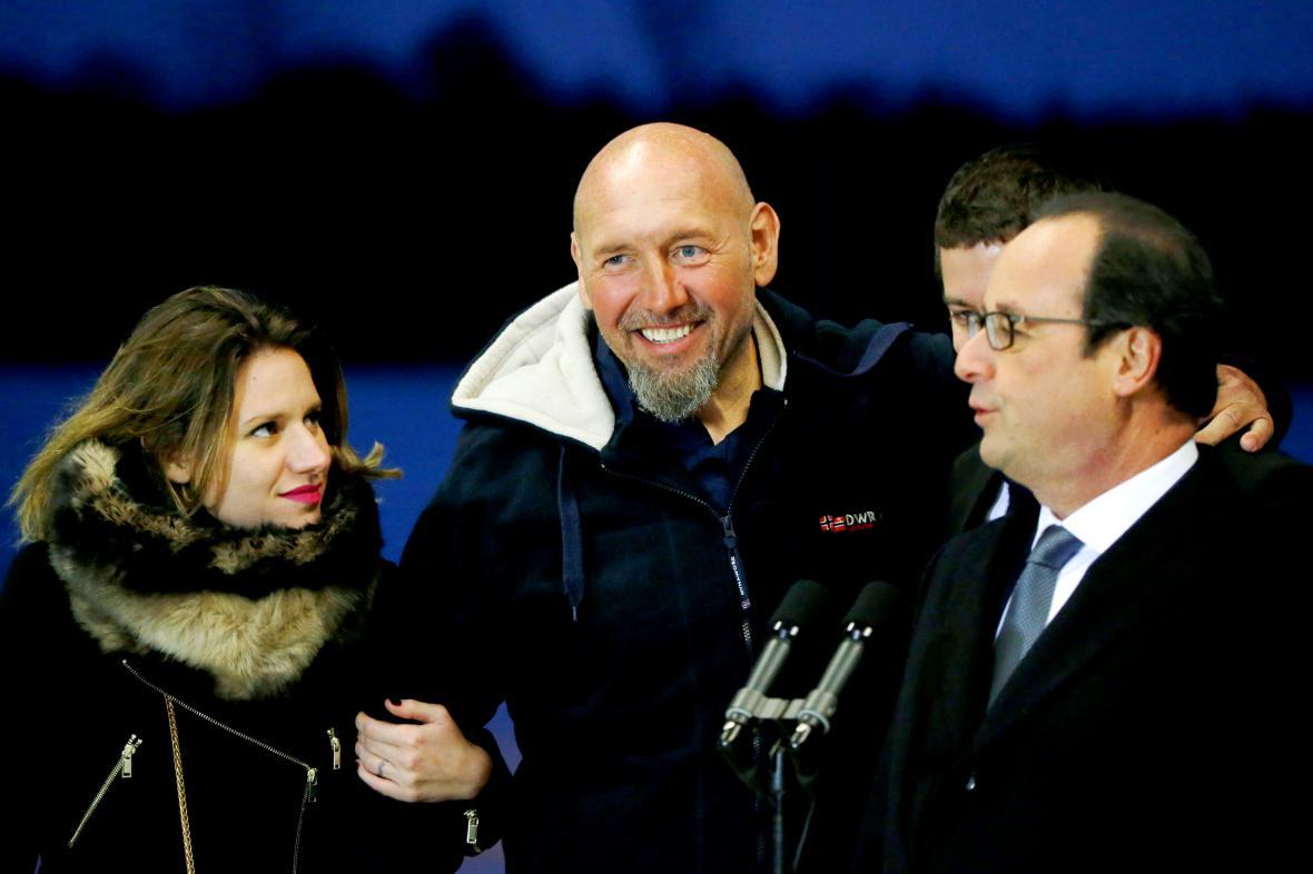 Serge Lazarevic s rodinou po boku prezidenta Francoise Hollanda