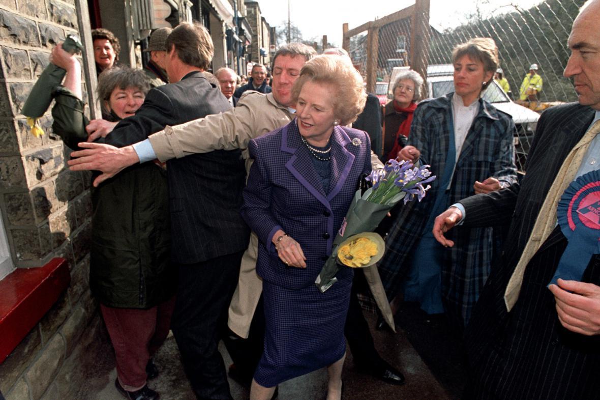 Během návštěvy ve Stockportu v roce 1992 napadla Margaret Thatcherovou jedna žena svazkem květin