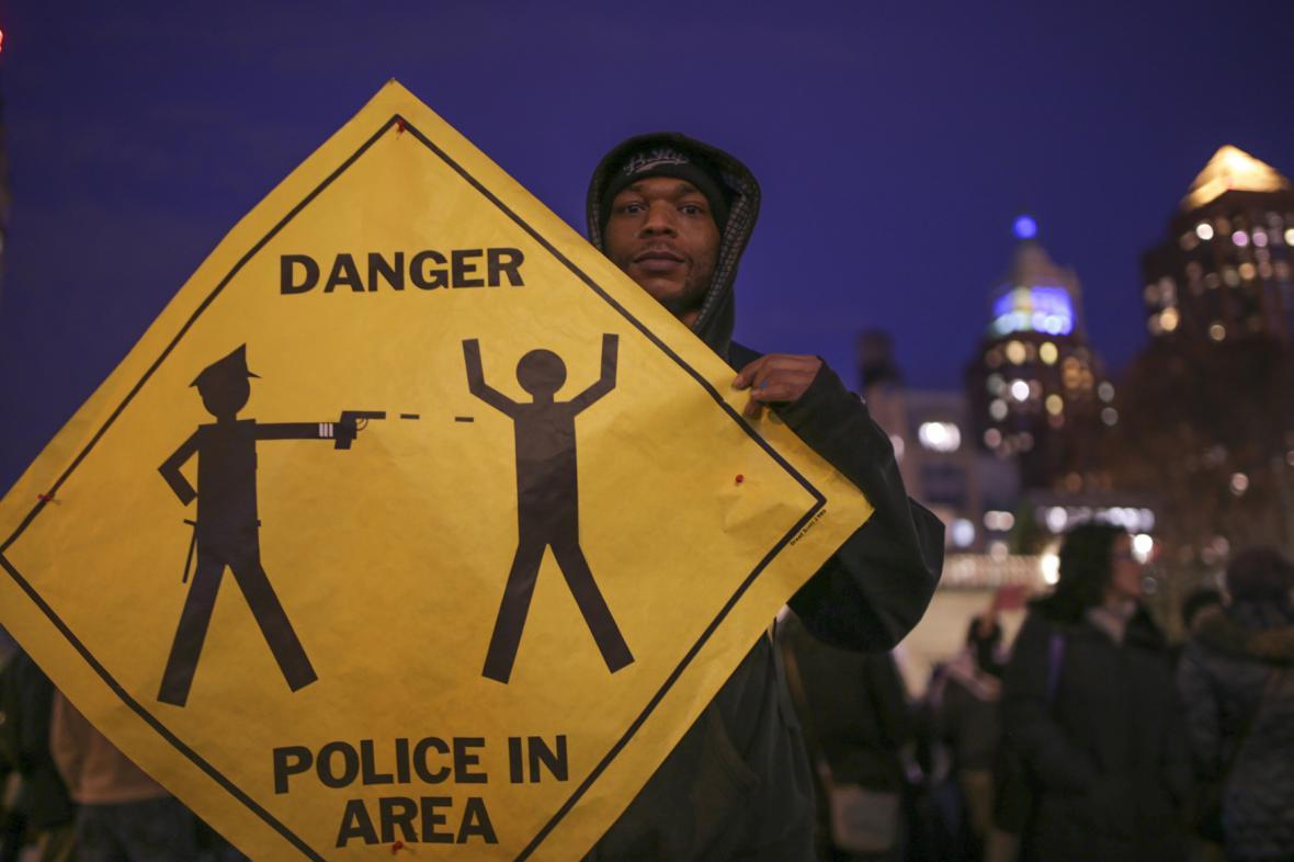 Protesty proti rozhodnutí neobvinit bělošského policistu z vraždy černošského mladíka