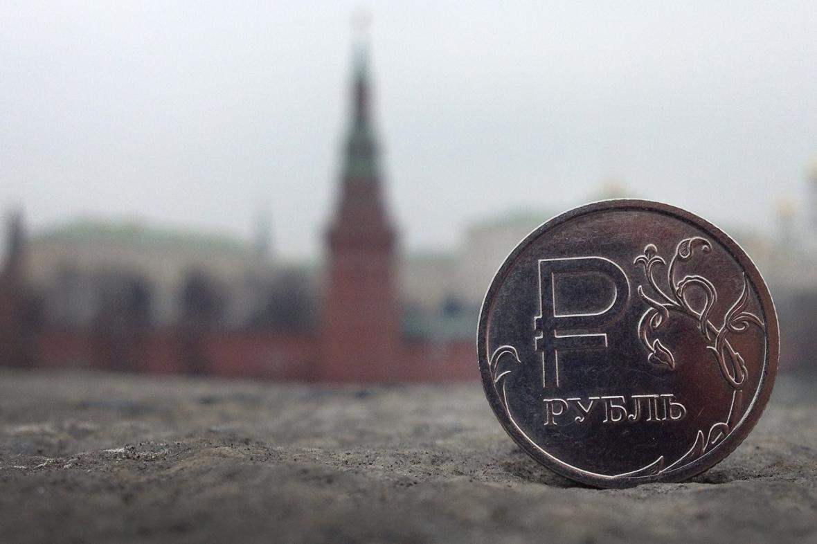 Ruský rubl v pozadí s Kremlem
