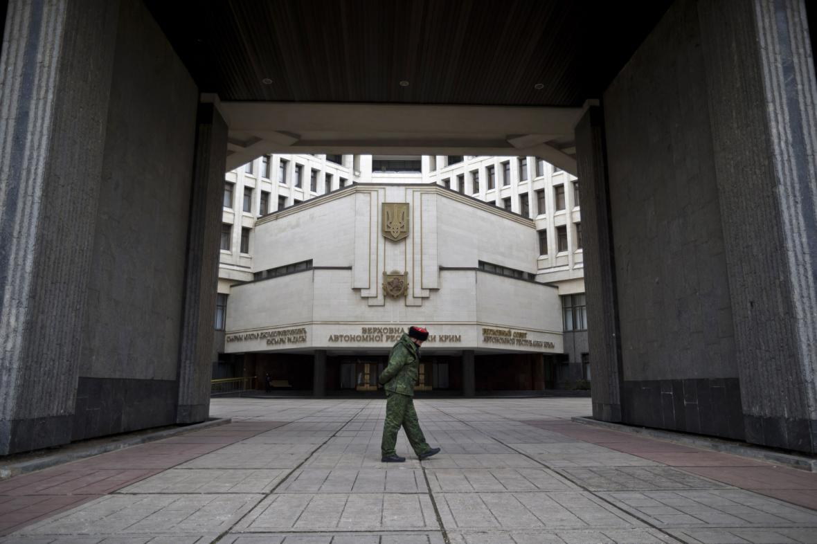 Před budovou krymského regionálního parlamentu