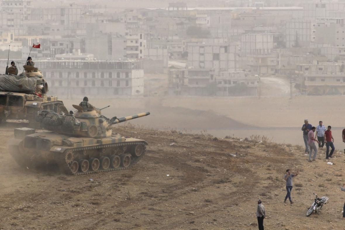 Turecké jednotky dál vyčkávají u hranic se Sýrií