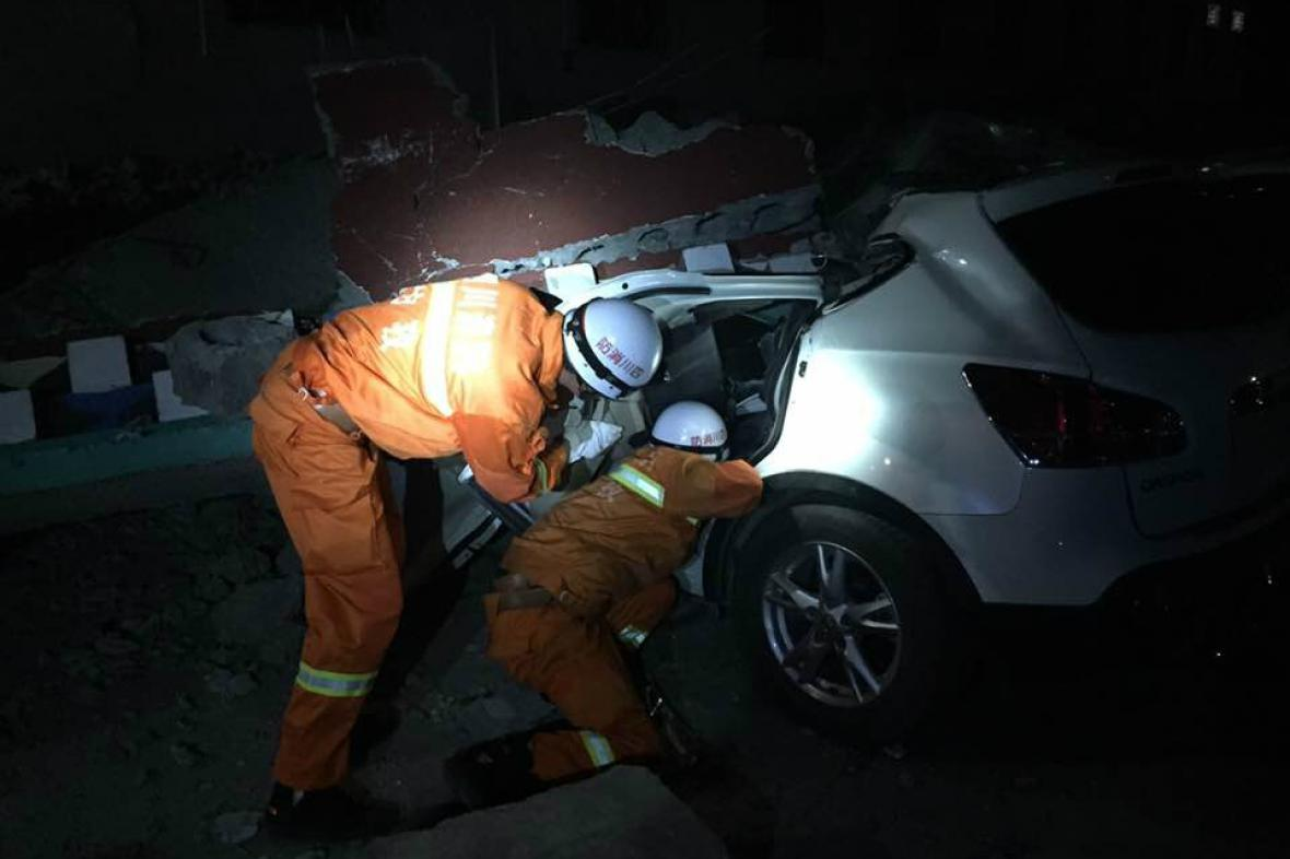 Záchranáři pátrají po obětech zemětřesení v Číně