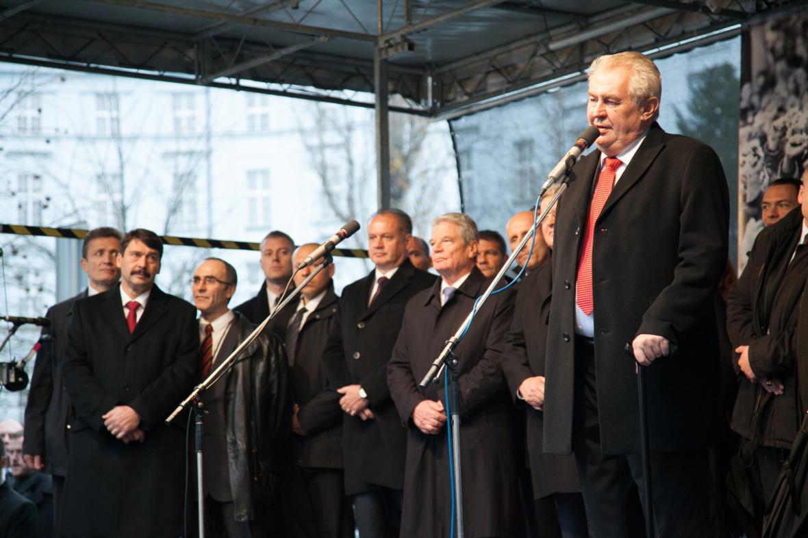Prezident Miloš Zeman před rozbouřeným davem na pražském Albertově