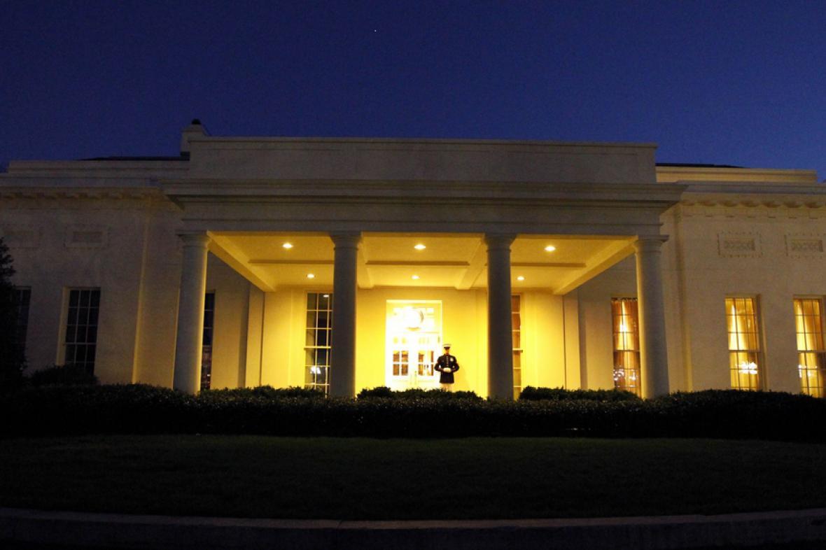 Hlídka u jednoho z vchodů do Bílého domu