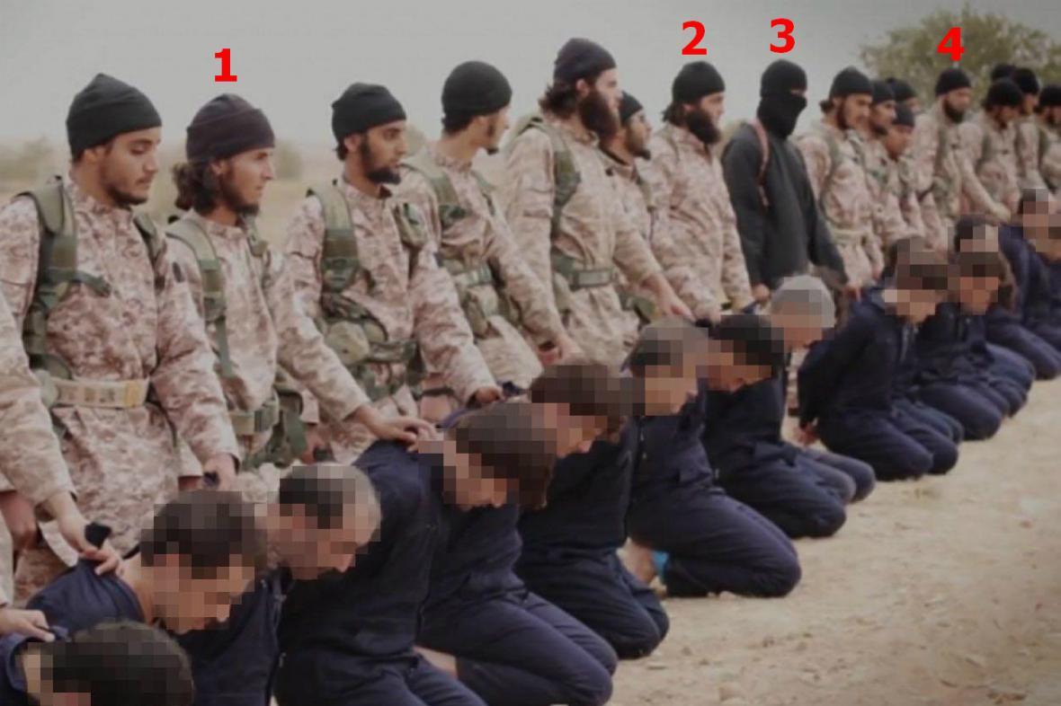 Záběr hromadné popravy syrských vojáků