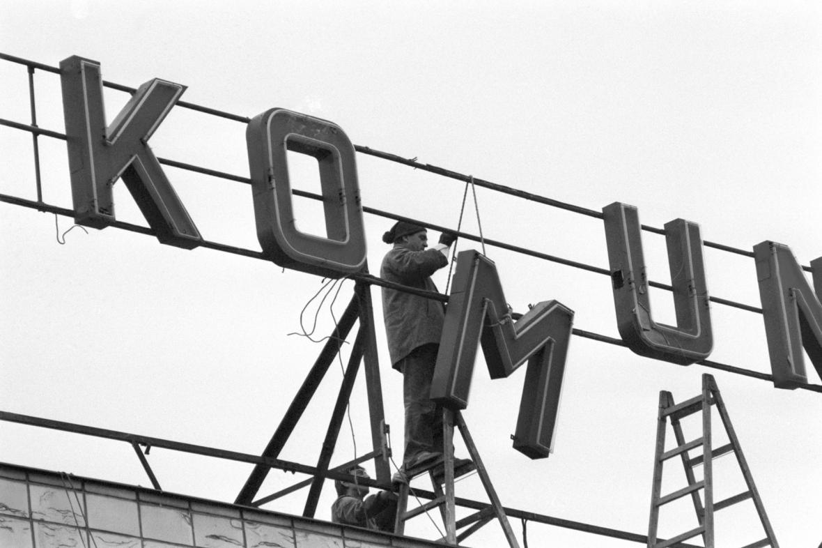 Odstraňování komunistických hesel, prosinec 1989