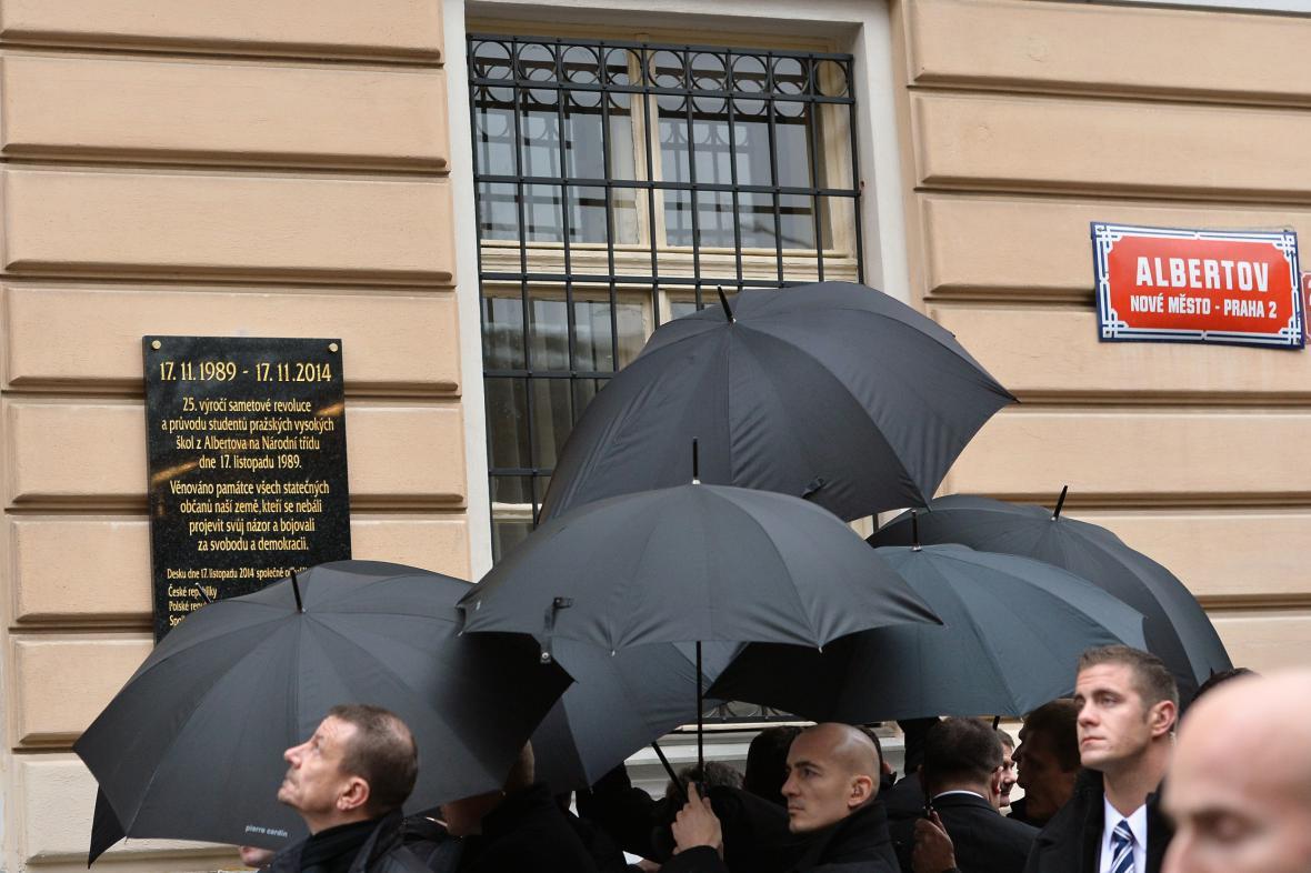 Odhalení pamětní desky na pražském Albertově zastínily deštníky prezidentovy ochranky