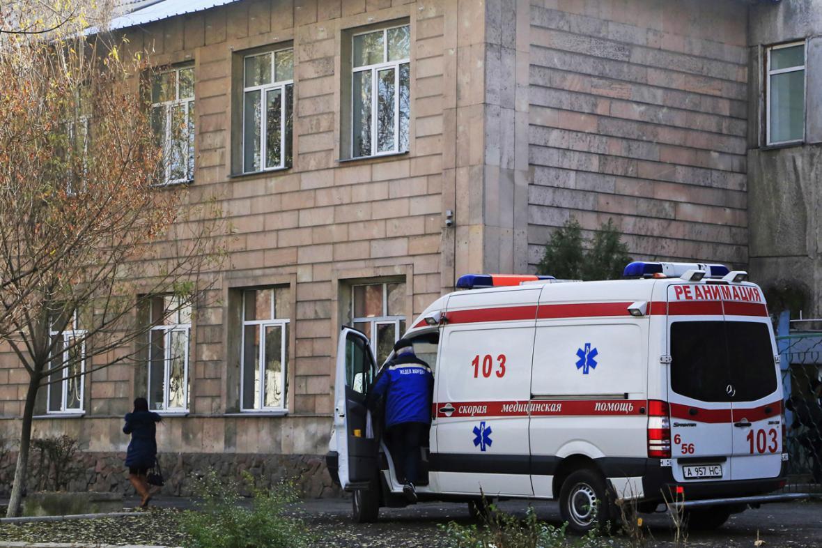 Záchranka před školou v Almaty, kde zabíjel ruční granát