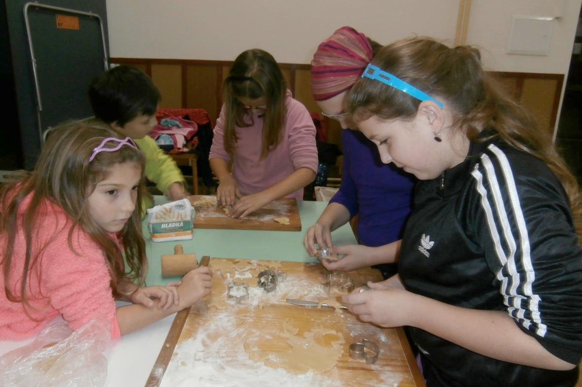 Pečení perníků v Košticích