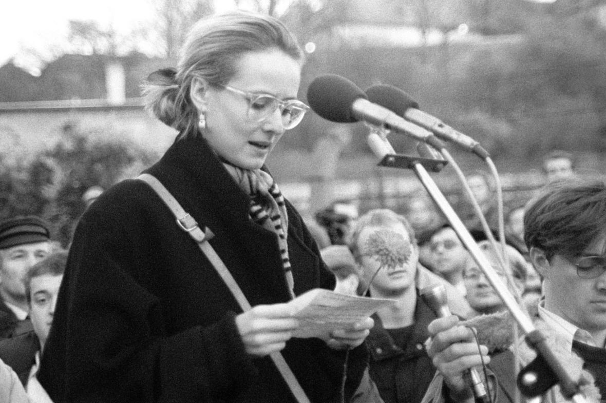 Monika Pajerová na Albertově (17. 11. 1989)