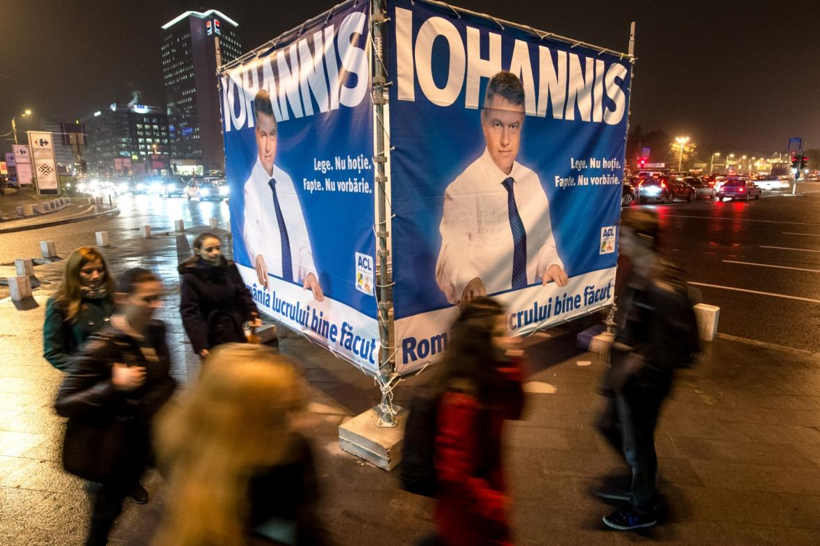 Plakát s pravděpodobným vítězem rumunských prezidentských voleb