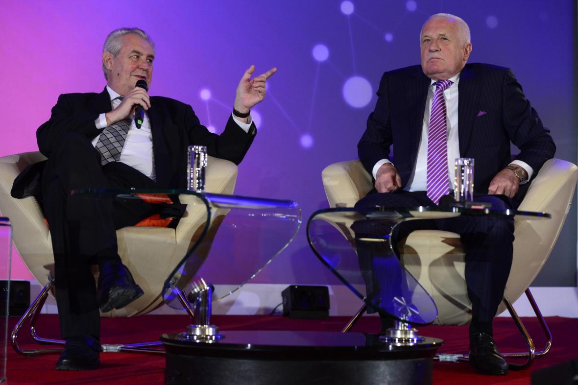 Prezident Miloš Zeman (vlevo) a jeho předchůdce Václav Klaus (vpravo)