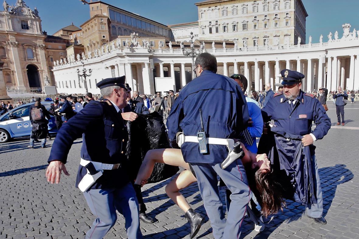 Zásah policie proti aktivistkám Femen