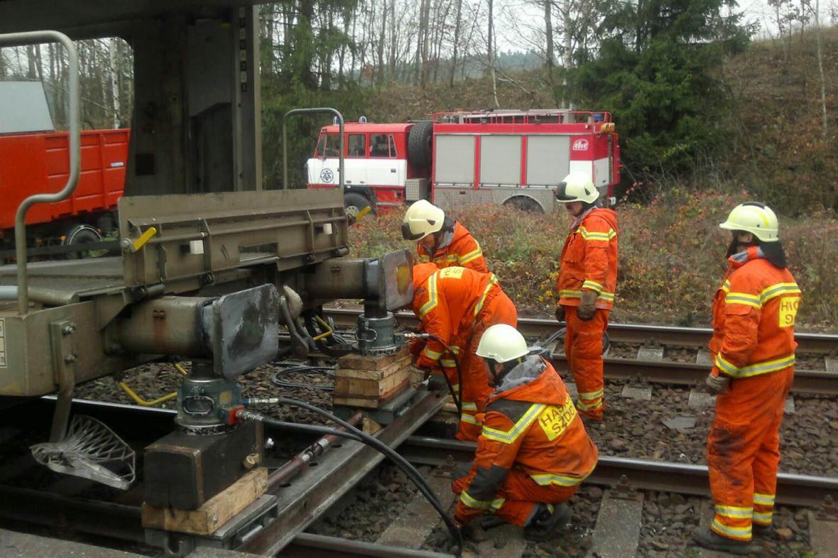 Drážní hasiči dostávají vagony zpět na koleje