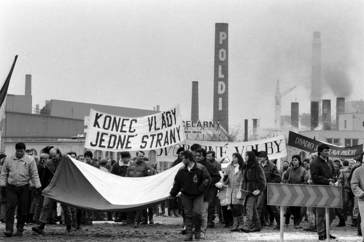 Shromáždění občanů před Poldi Kladno, listopad1989