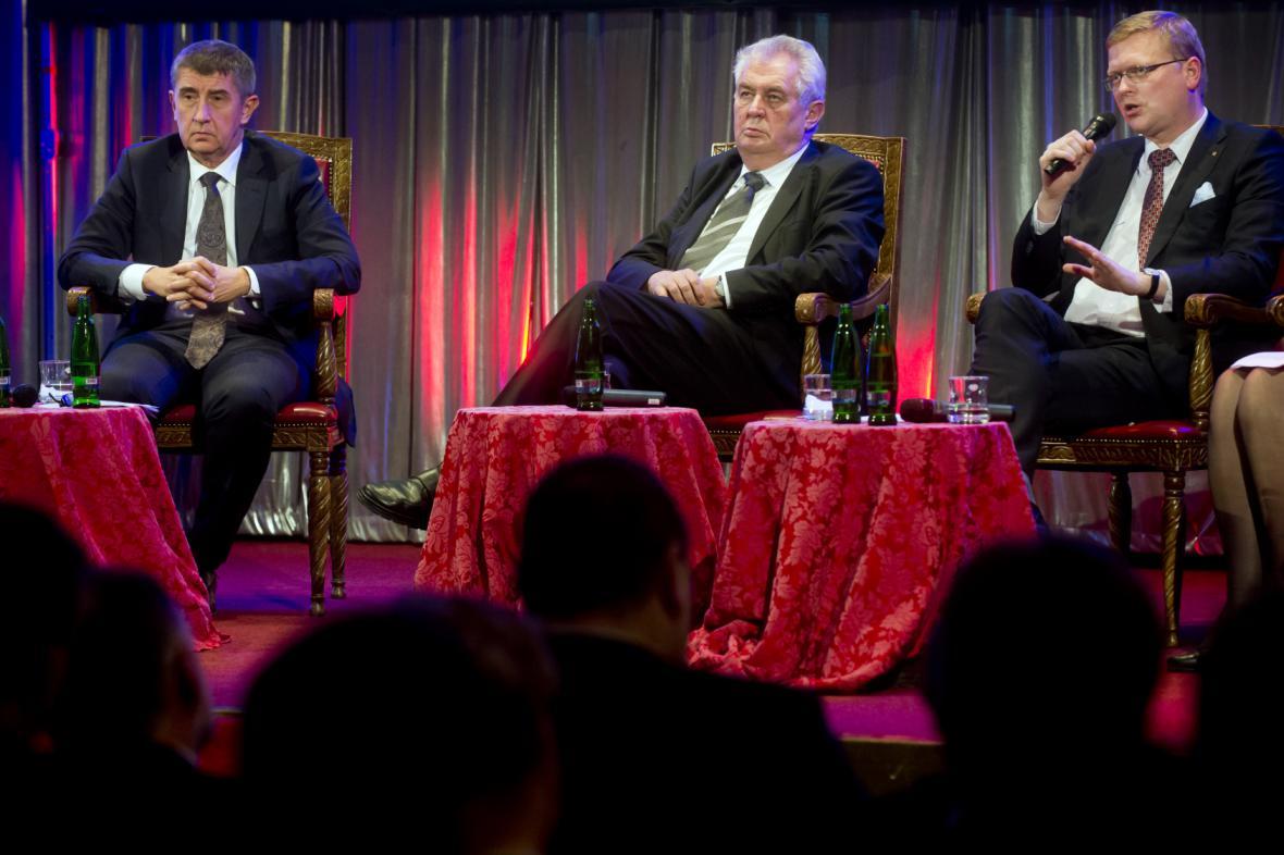 Zleva: ministr financí Andrej Babiš (ANO), prezident Miloš Zeman a vicepremiér Pavel Bělobrádek (KDU-ČSL)