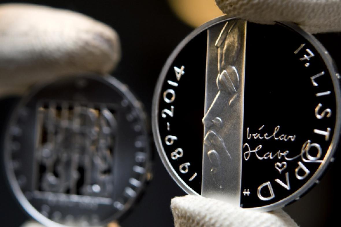 Sada pamětní mince (vlevo) a medaile (vpravo)