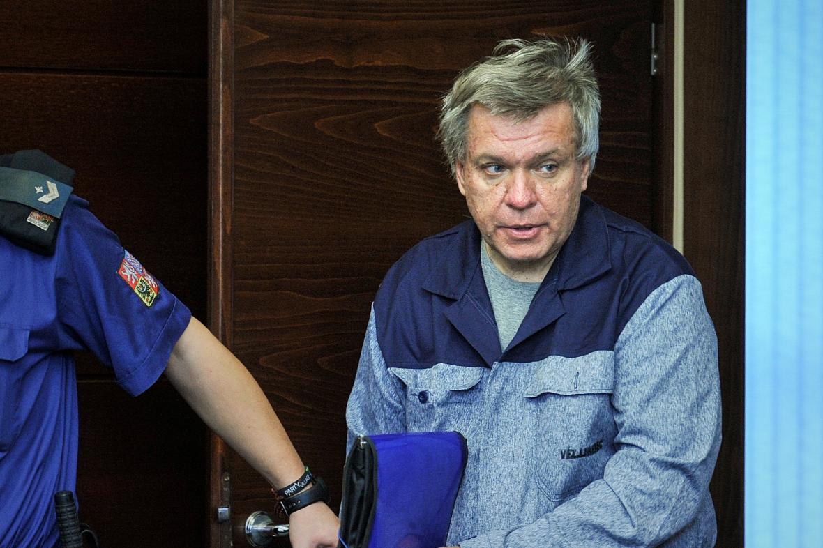 Lékař Jaroslav Barták při příchodu do soudní síně