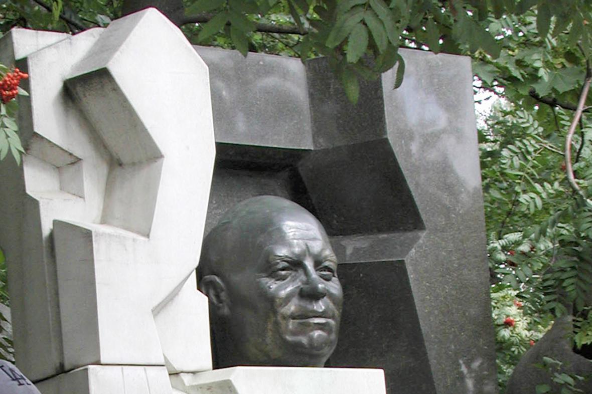 Náhrobek Nikity Chruščova - černý i bílý