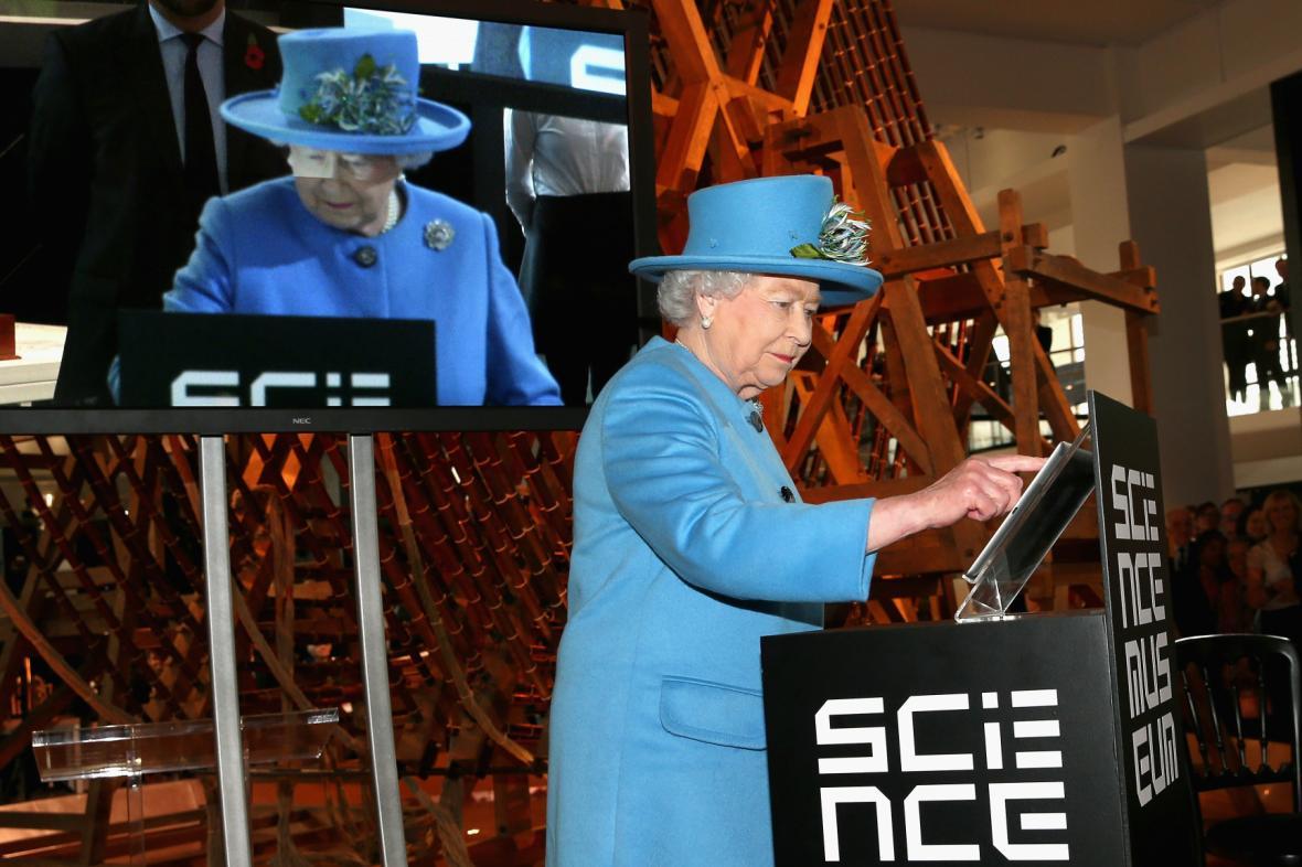 Královna při psaní svého prvního tweetu