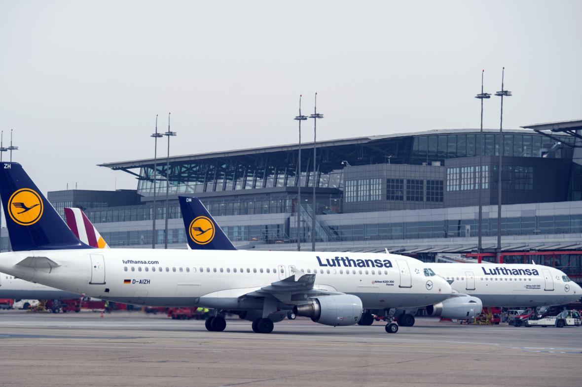 Letadla Lufthansy na letišti v Hamburku