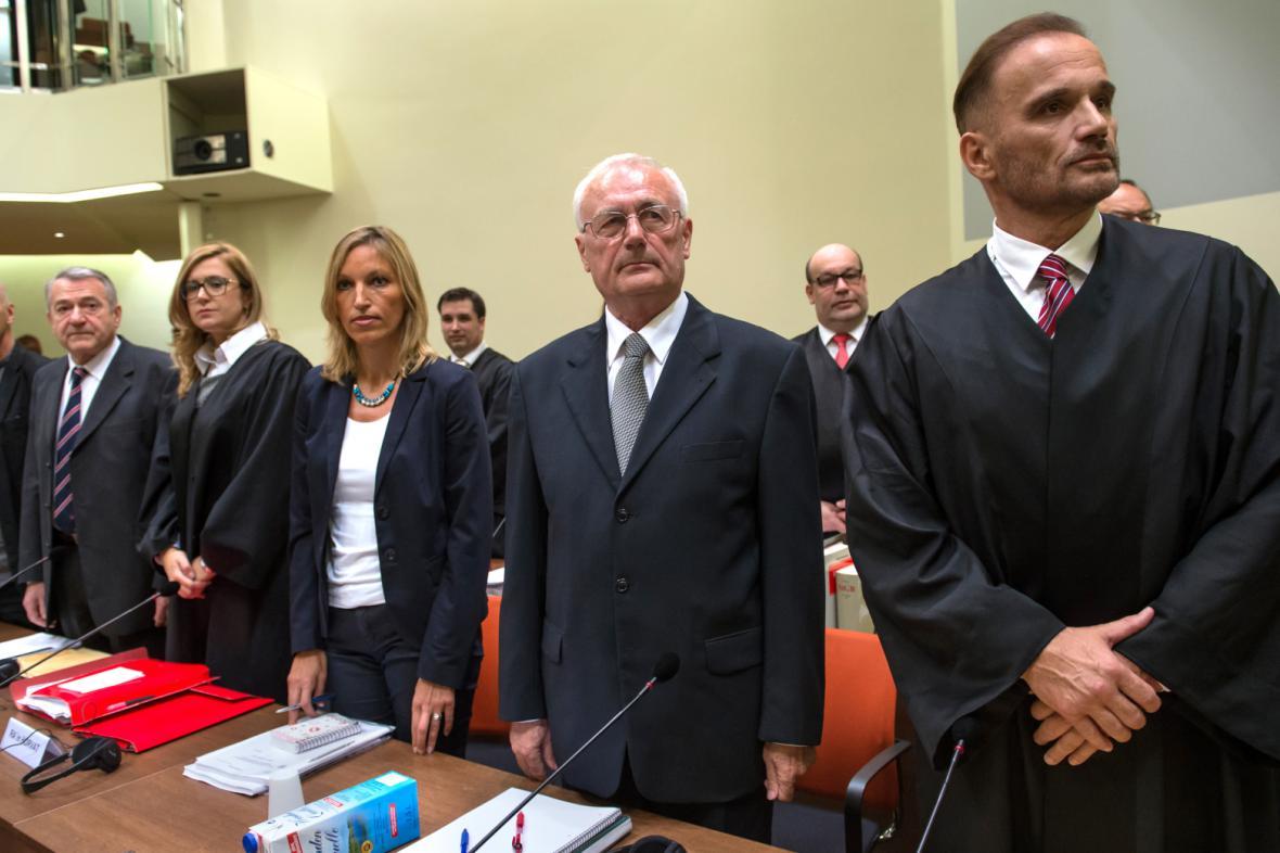 Perković (druhý zprava) a Mustač (druhý zleva) před soudem