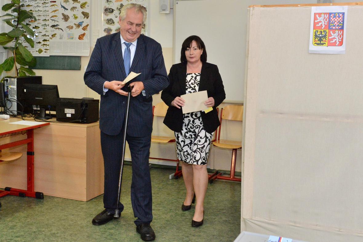 Miloš Zeman volil s manželkou v Praze 5
