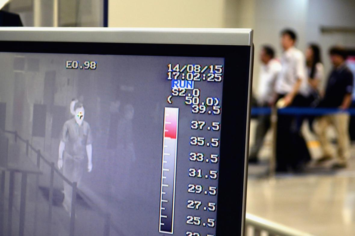 Teplotní screening cestujících v Japonsku - podobná opatření chystají i USA