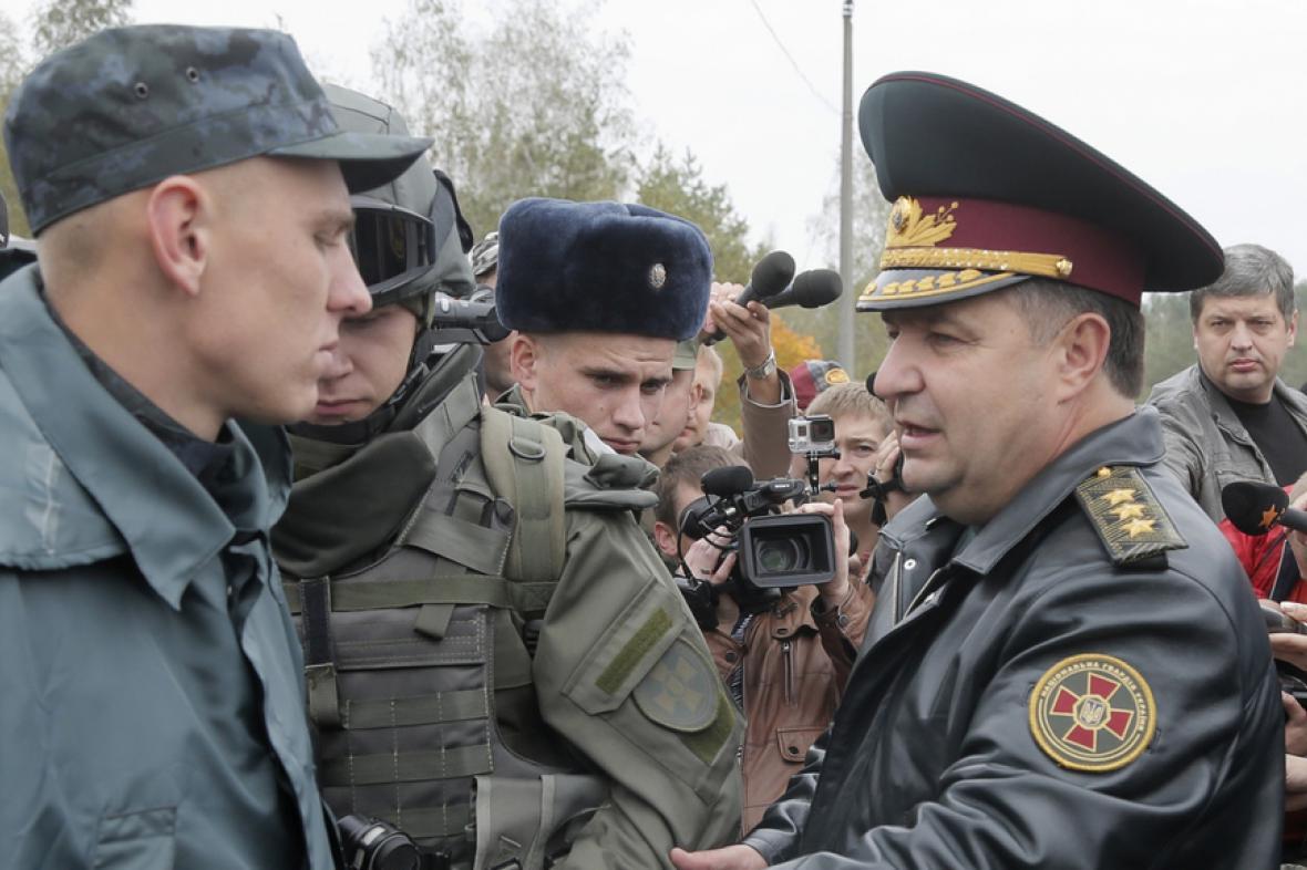 Stjepan Poltorak na inspekci vojenské základny nedaleko Kyjeva