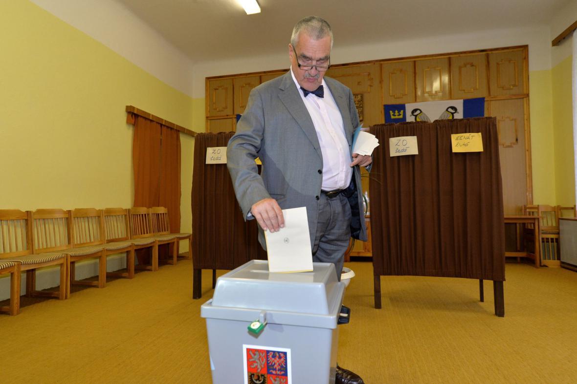 Karel Schwarzenberg ve volební místnosti