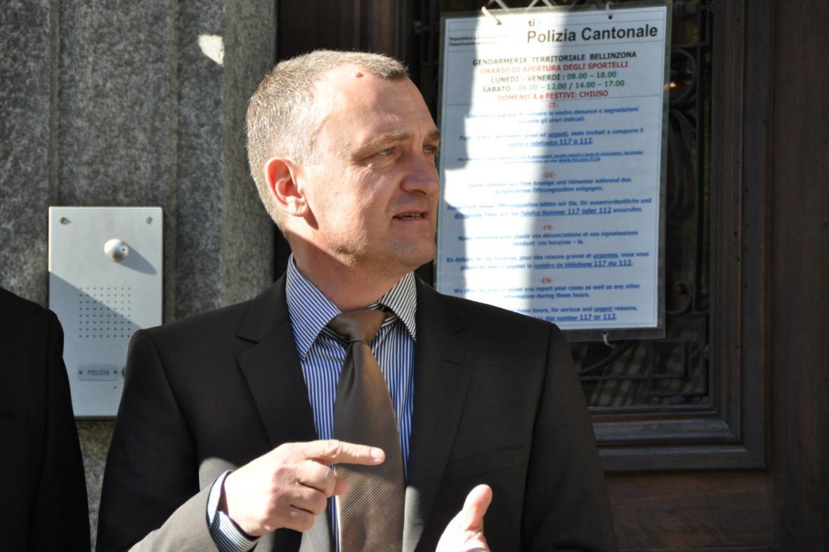 Antonín Koláček před budovou soudu v Bellinzoně