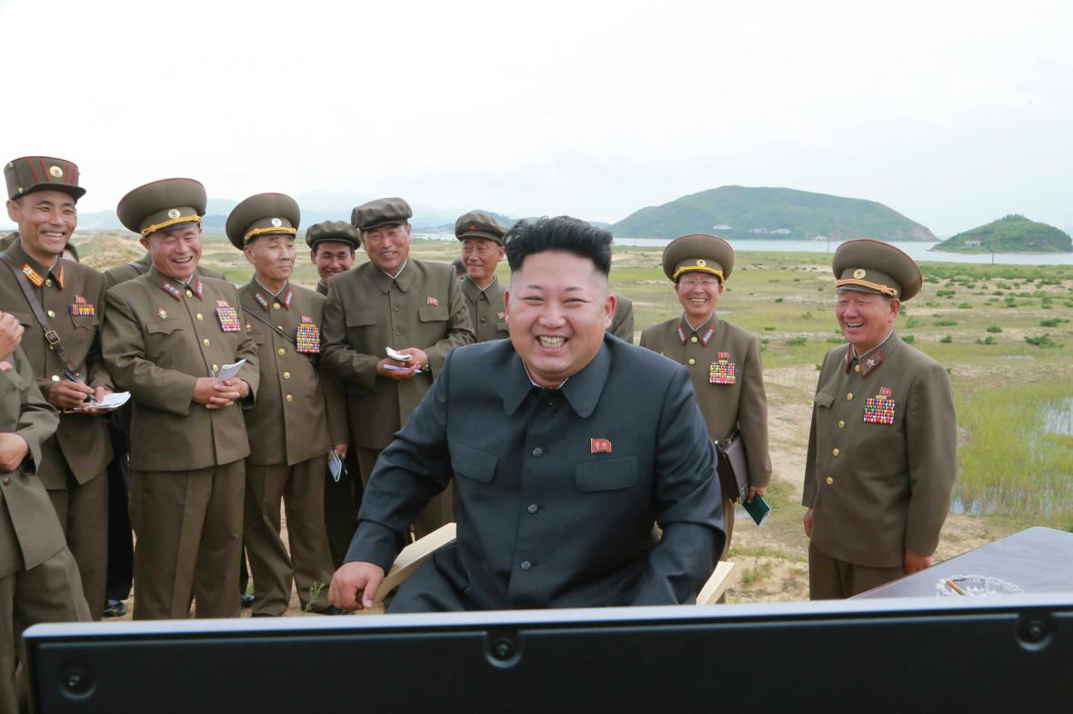 Kim Čong-un dohlíží na zkoušky severokorejských raket