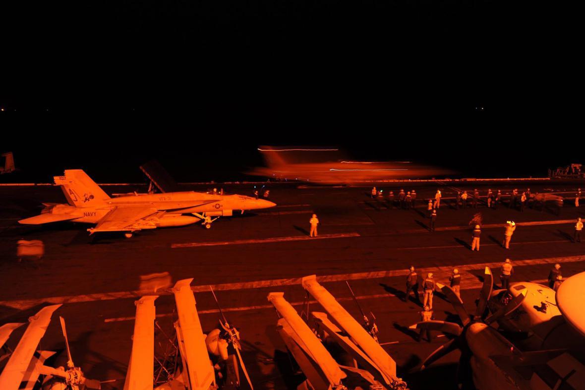 Americká letadla startují k náletům na cíle IS v Sýrii