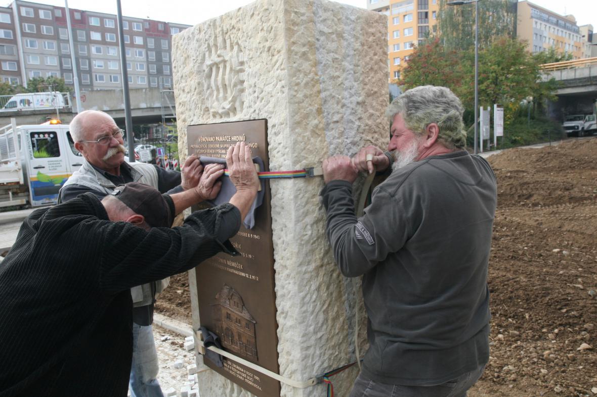 Instalace pomníku hrdinům odbojové skupiny ÚVOD