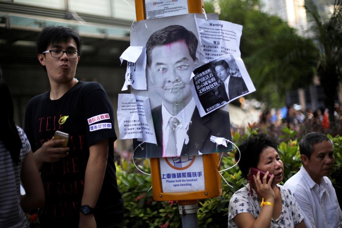 Demonstranti chtějí odchod vůdce autonomie Leunga Čchun-jinga