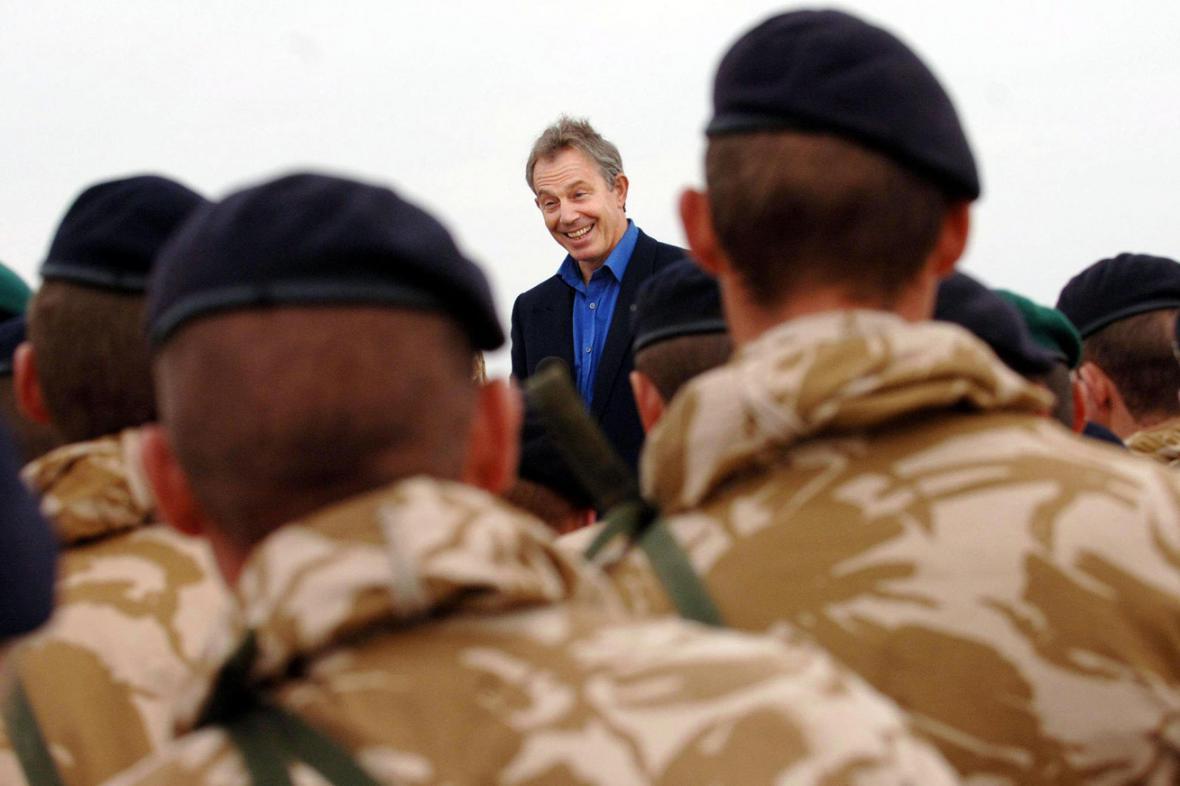 Tony Blair s britskými vojáky v Afghánistánu v roce 2006