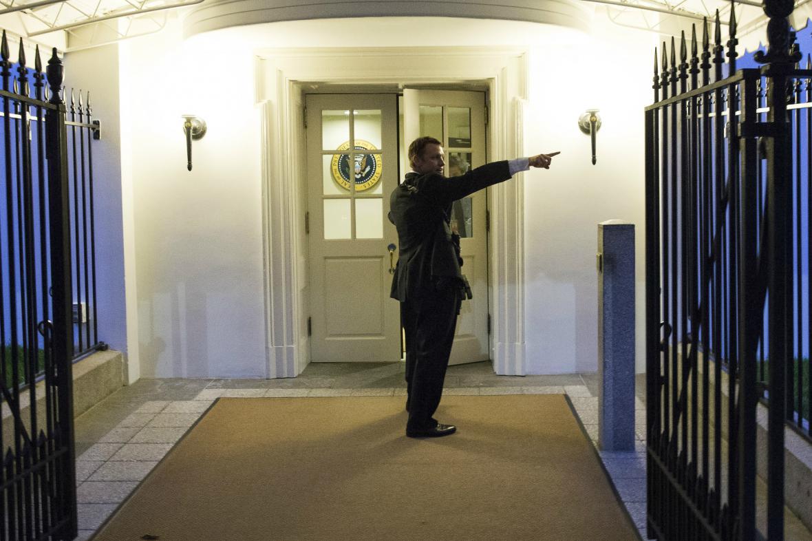 Agent tajné služby dává pokyn k evakuaci Bílého domu