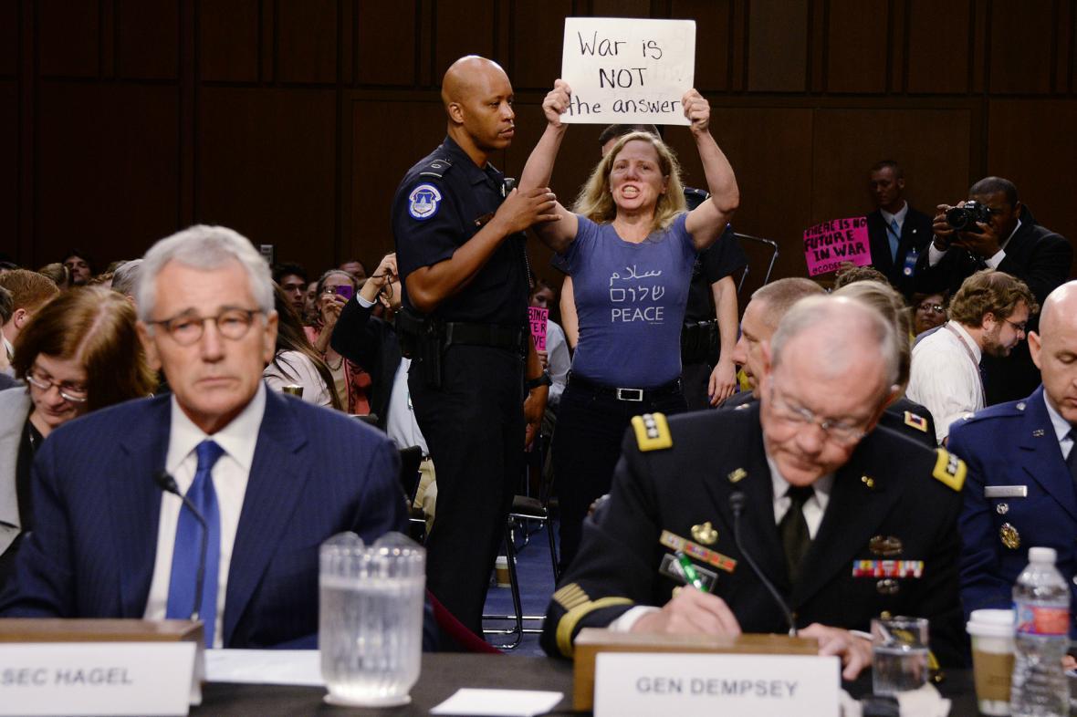 Chuck Hagel a Martin Dempsey při slyšení v Kongresu