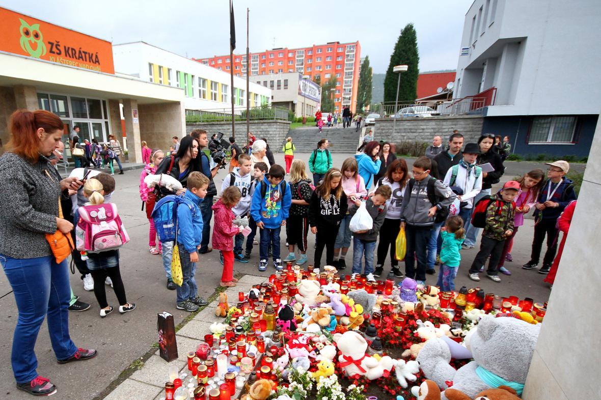Pietní místo před základní školou v Kláštěrci nad Ohří