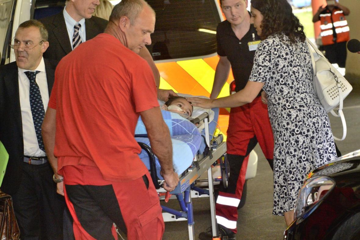 Zdravotníci přijímají Ashyu Kinga v Motole