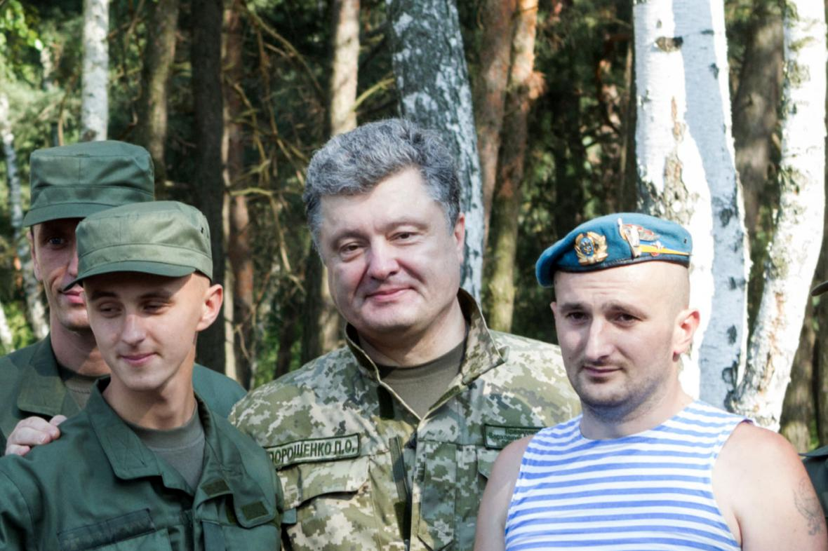 Petro Porošenko mezi ukrajinskými vojáky