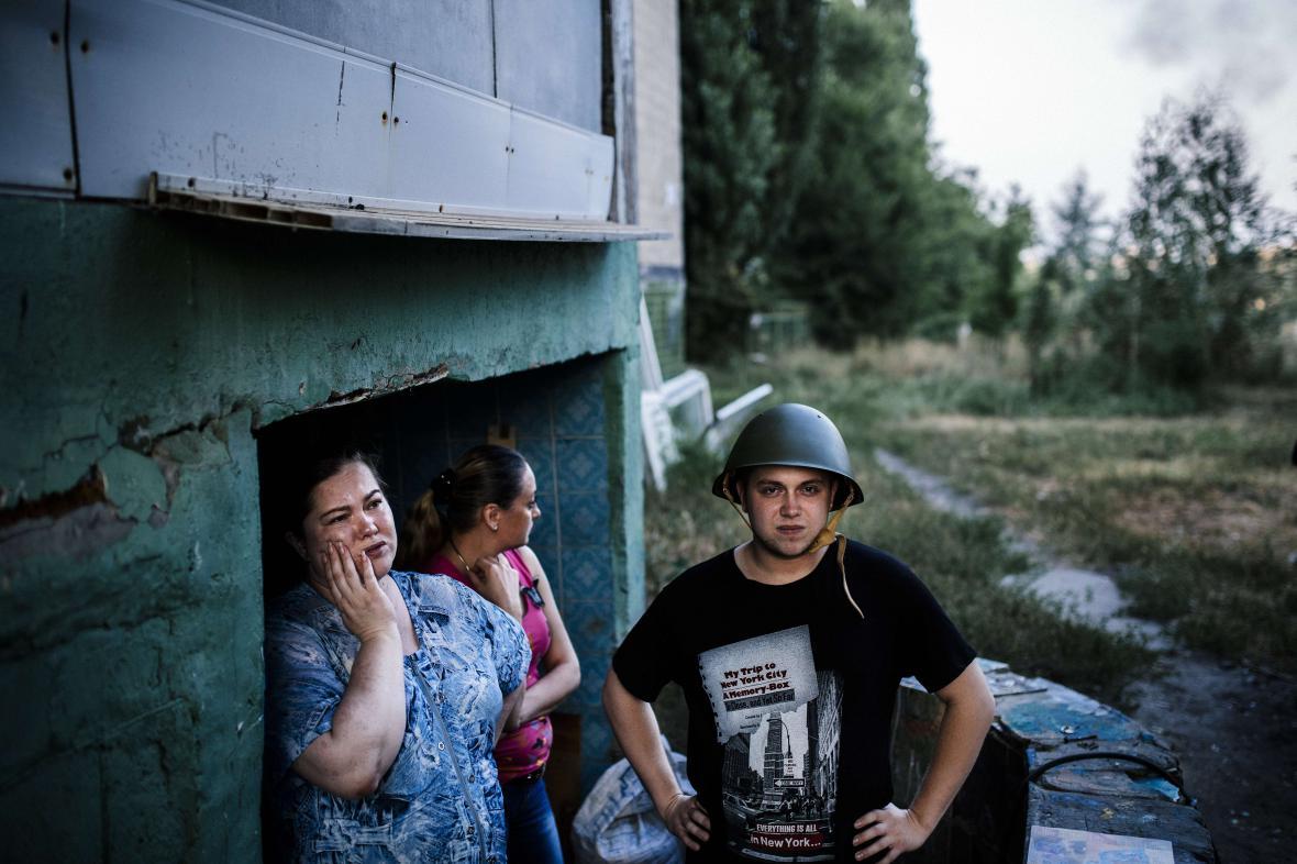 Lidé před krytem v Doněcku