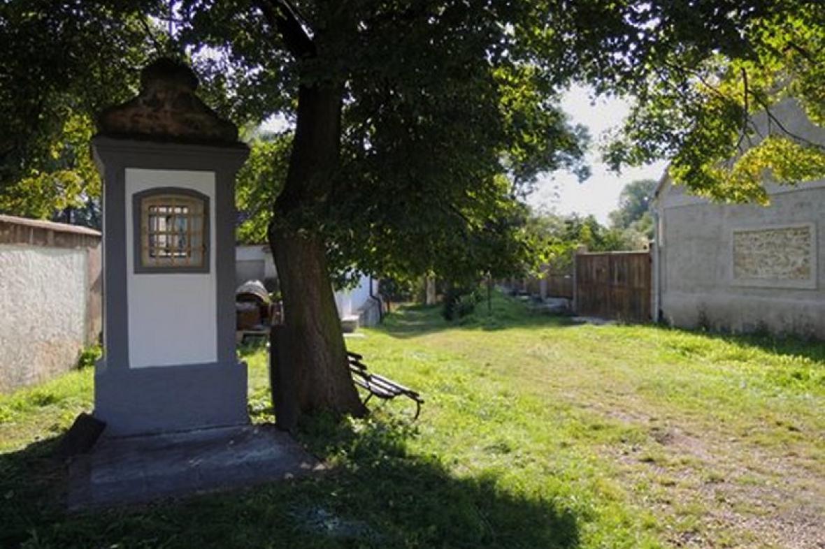 Opravená kaplička v Košticích