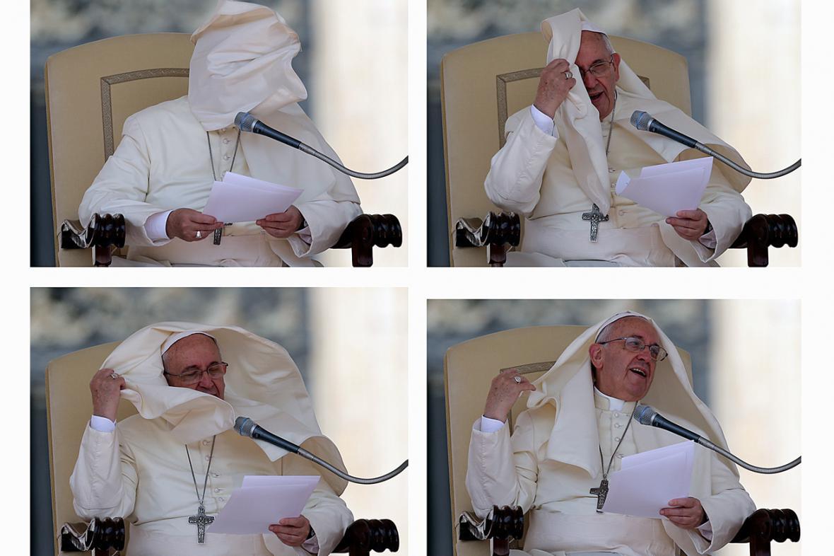 Papeže Františka potrápil na Svatopetrském náměstí vítr