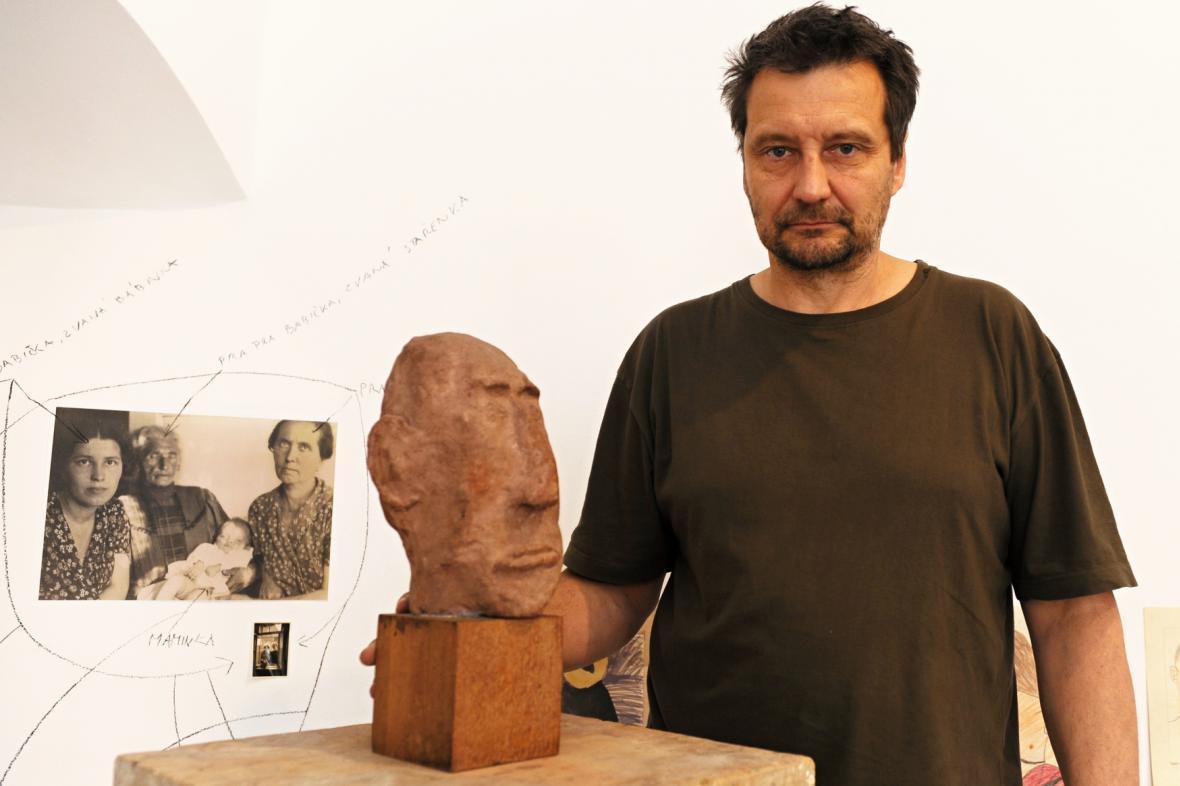 Autorem posudku je akademický sochař Martin Zet