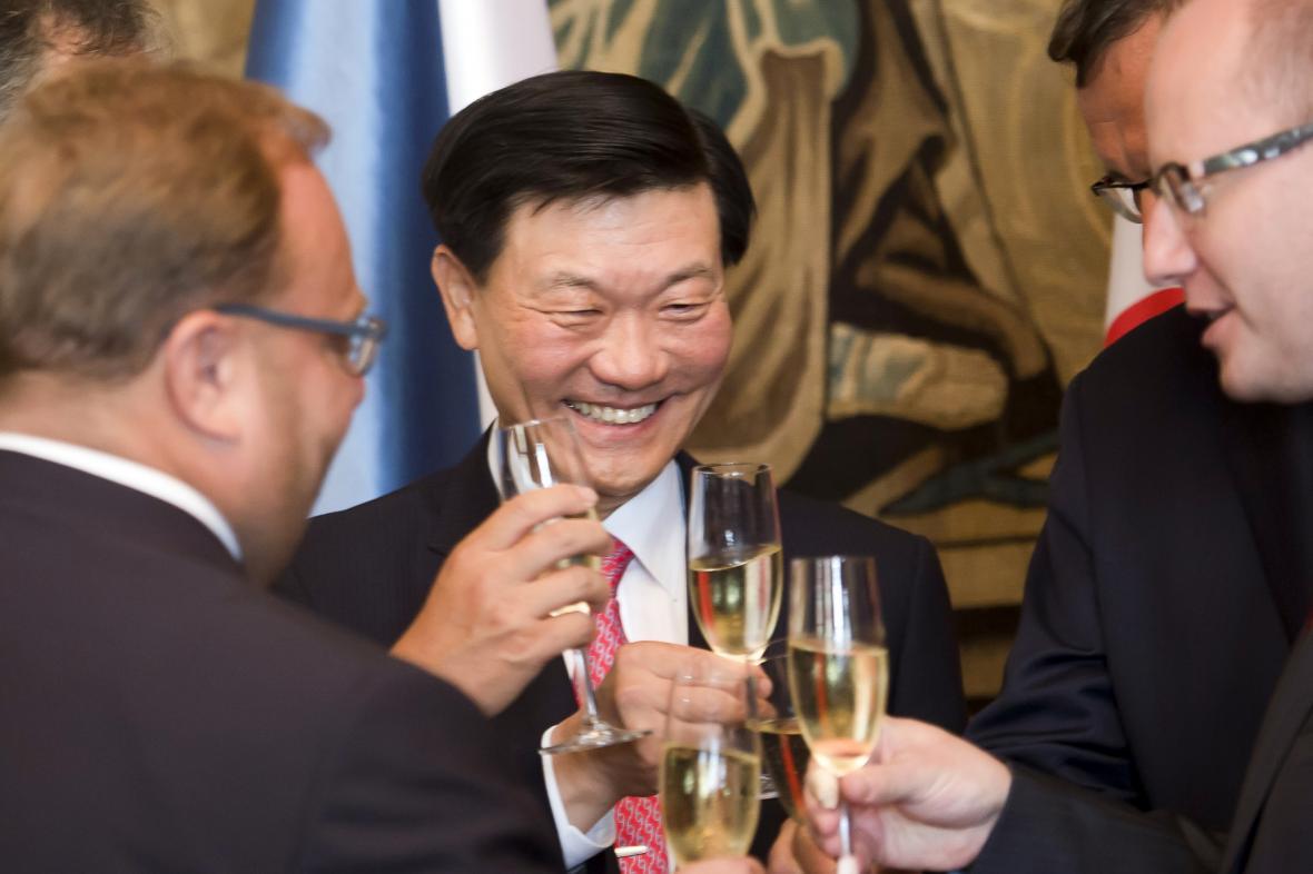 Bohuslav Sobotka a Čong Mjong-čchul při podpisu smlouvy