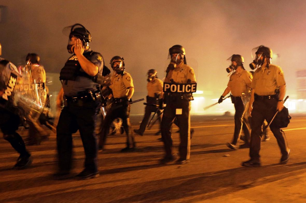 Američtí policisté zasahují proti demonstrantům v St. Louis